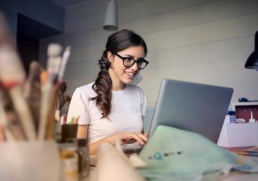 mergina, akiniai, kompiuteris