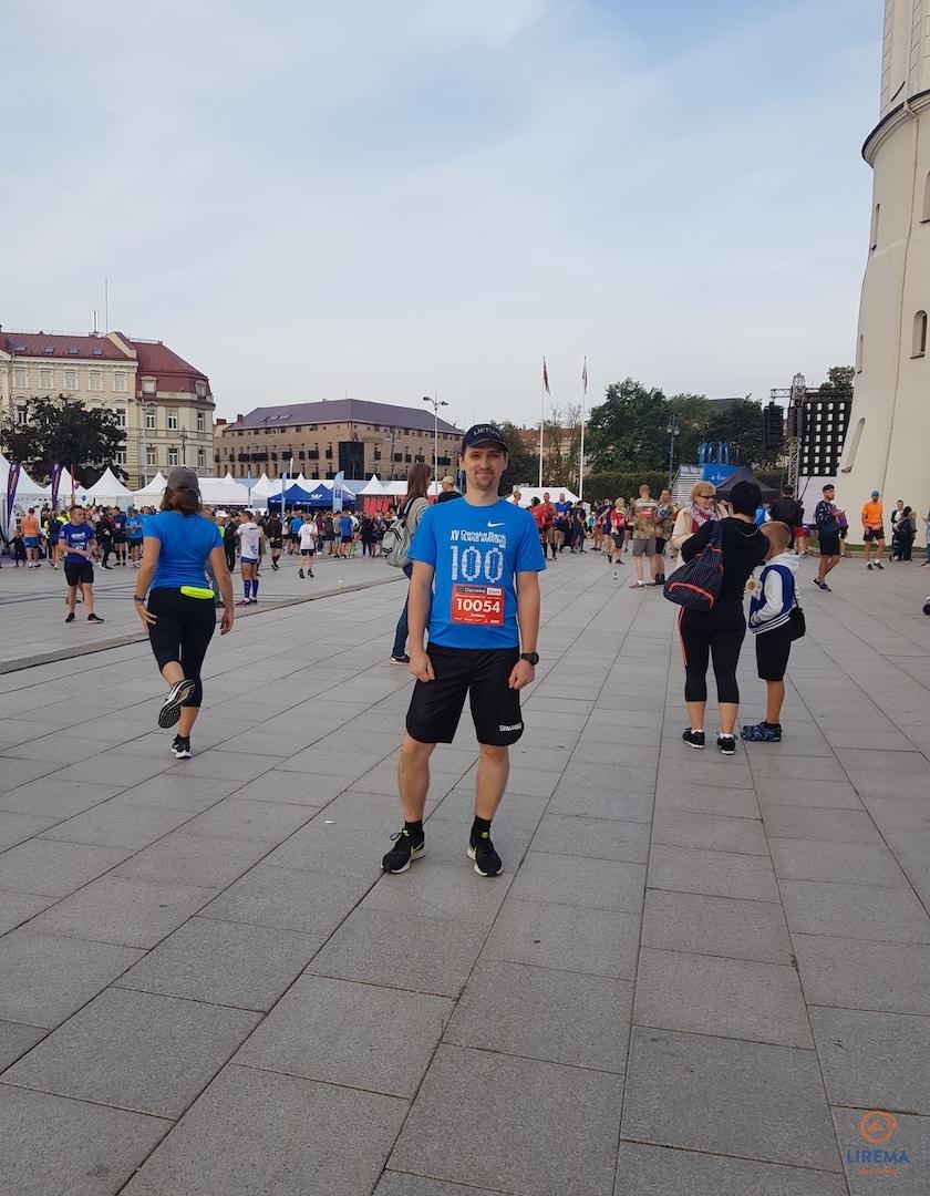 Antanas Apynis Katedros aikštėje (Vilnius)